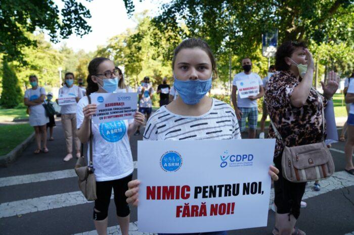 Утренний протест в Кишиневе. Школьники с нарушением слуха требуют обеспечить обучение на языке жестов
