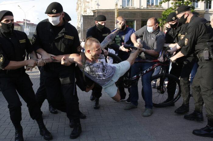 """""""Медиазона"""": силовики в Минске избили не менее 1 376 человек, изнасиловали как минимум троих."""