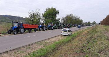 Снова протесты: фермеры вывели на трассу сельхозтехнику