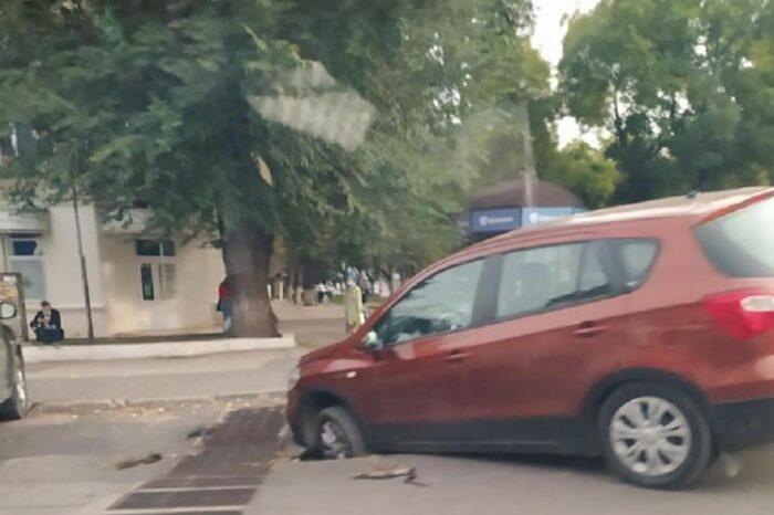 В Кишинёве под припаркованным автомобилем провалился асфальт