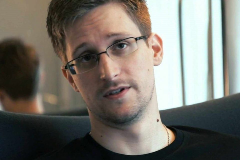 Сноуден подает заявление на получение гражданства России