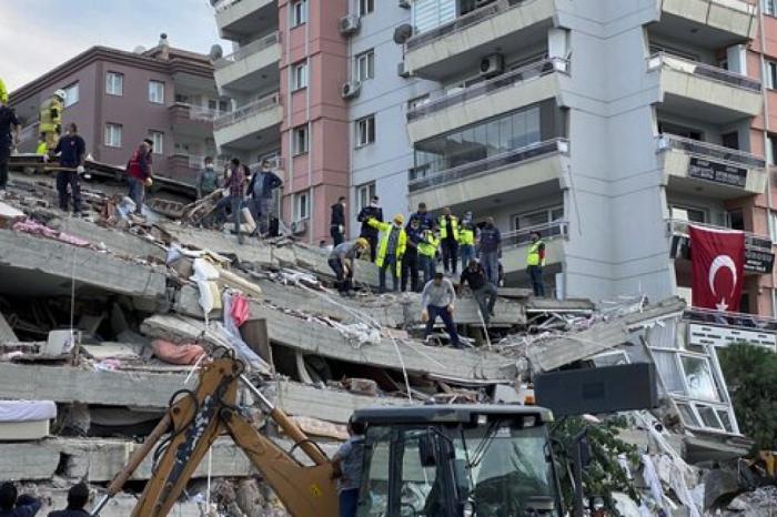 Последствия землетрясения в Измире: в Турции продолжается поисково-спасательная операция