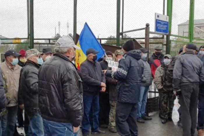 Скандал в Варнице: возле избирательного участка применили слезоточивый газ (ВИДЕО)