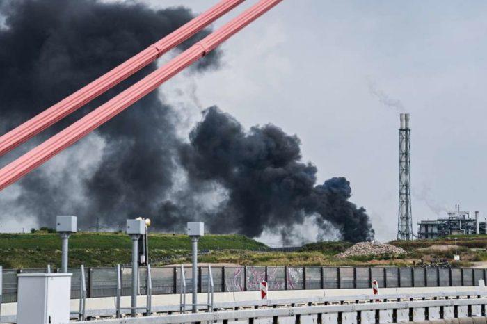 (ФОТО)В Германии на химическом заводе произошел мощный взрыв. Местные власти объявили максимальный уровень опасности и призвали граждан не выходить на улицу