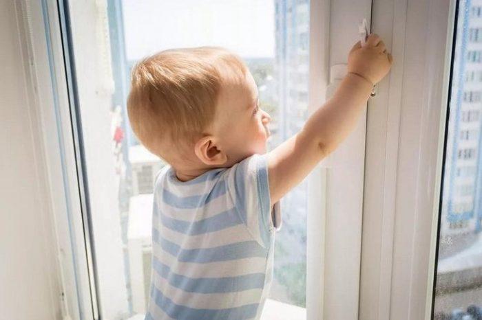 В Бендерах 2-летний малыш выпал из окна - состояние тяжёлое