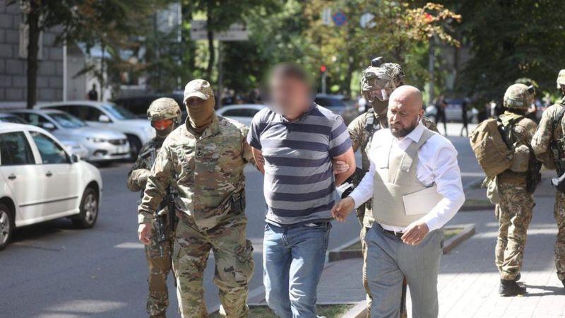 В Киеве мужчина угрожал взорвать гранату в здании правительства. Его задержали