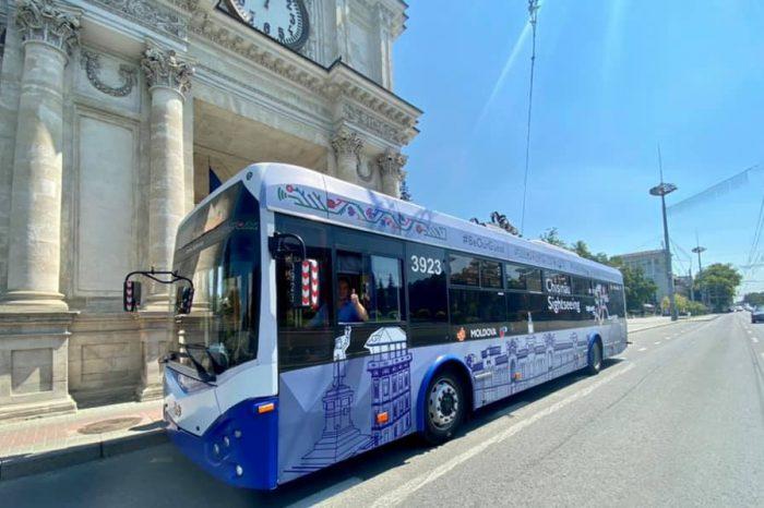 В Кишиневе начал курсировать туристический троллейбус